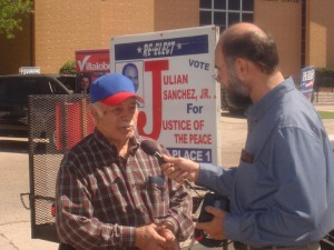 Samuel Orozco entrevistando