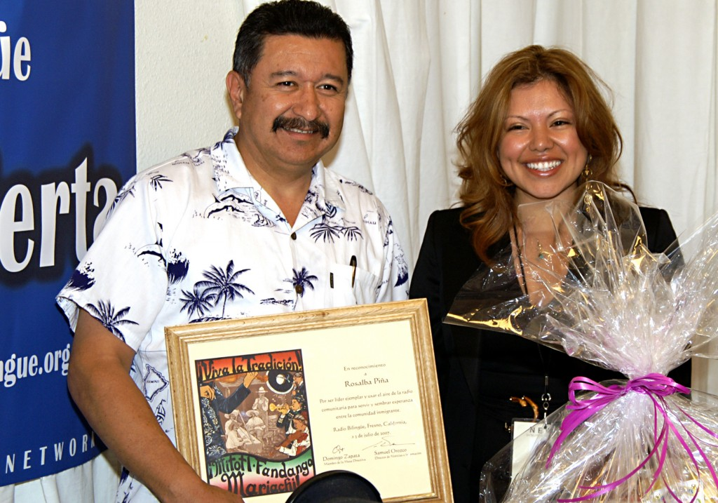 Board Member Domingo Zapata honors Rosalba Piña for her work as Línea Abierta Commentator