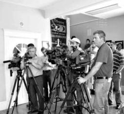 El fotoperiodista mexicano a la izquierda del cuadro, Alejandro Hernández Pacheco, hace varios años solicitó asilo político en Estados Unidos tras ser víctima de secuestro en Gómez Palacio, Durango. Ha sido gratificado este año con una visa temporal.
