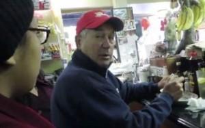 Carmen Lima, de 13 de edad y Jennifer Martínez, de 16,confrontan a John Boehner en un restaurante de Washington, DC. donde le preguntan por la reforma de migración.