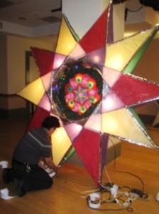 Don Gutierrez trabajando en su parol con luces.