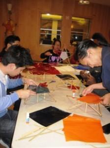 Jovenes trabajan en sus paroles en el taller.(1)