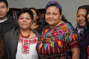 La conductora de La Hora Mixteca con la Premio Nobel de la Paz. Foto: Mario Gómez