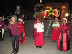 Mujeres del Centro de Equidad para los Veteranos bailan cha cha cha.