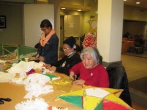 Mujeres del Centro de Equidad para los Veteranos trabajan en sus paroles.