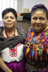 Juana Gómez, conductora de La Hora Mixteca, con la Premio Nobel de la Paz, Rigoberta Menchú. Foto: Mario Gómez.