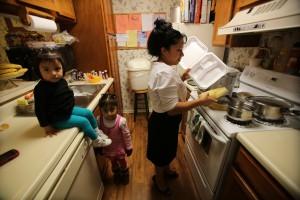 La guatemalteca, Dionila Roblero comenzó a cocinar y vender comida para mantener a sus tres hijos desde que su esposo fue deportado. Foto: Miguel Martínez/MundoHispánico.