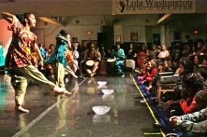 Publico frente a bailarines