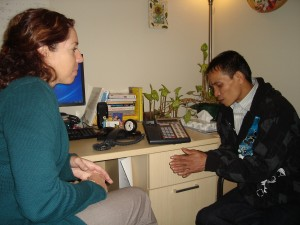 La terapeuta Julanne Bibro-Ruch trabaja con Adu Sit, refugiado birmano en el Squirrel Hill Health Center. Hay un intérprete en el teléfono activado en función de altavoz. Foto: Erika Beras / Reporting on Health Collaborative