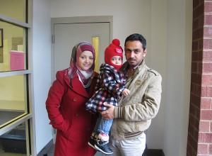 Nuevos refugiados de Iraq (de izquierda a derecha) Mazyad Noor, su hija Maryann, Abdulrahmam Marwan se prepara para dirigirse al Squirrel Hill Health Center para realizar el primer examen médico. Foto: Erika Beras.
