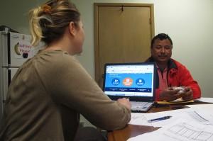 Birkha Tamang, refugiado butanés, espera encontrar un plan de atención de salud asequible. Lo ayuda Leslie Bachurski, asesora sobre el sistema de salud de Consumer Health Coalition.     Foto: Erika Beras