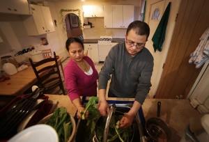 Tek Nepal (a la derecha) lava espinaca en su hogar de Pittsburgh con su esposa Radhika Nepal. Después de haber sido diagnosticado con diabetes tipo 2 en 2012, su dieta cambió sustancialmente. Foto: Ryan Loew, 90.5 WESA.