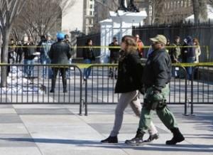 Un agente de la Policía de Parques escolta a una activista para ser fichada. Fueron liberados horas más tarde