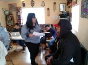 Ana Laura asistiendo a su familia en su centro de insicripcion de Obamacare