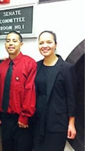 Abogada Franchesca González y su cliente, Jessie C. En un salón de la Asamblea del comité de Educación esperando testimoniar