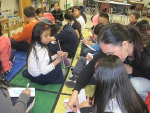 La maestra Laura González ayuda una alumna. Foto: Zaidee Stavely