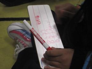 Los niños de la clase de la Maestra González en la Academia Bridges usan dibujos, números, y palabras para resolver problemas. Foto: Zaidee Stavely