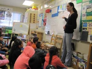 La maestra Laura González con sus alumnos de segundo grado en la Academia Bridges. Foto: Zaidee Stavely