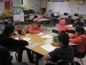 Los alumnos dibujan y escriben para resolver el problema de las galletas. Foto: Zaidee Stavely