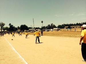 Los jugadores en sus playeras en pleno terreno esperando que se baje la pelota.
