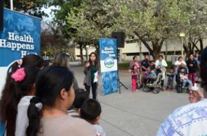 Madres de familias con sus hijos escuchando la noticias de trabajadora comunitaria en las afueras  de la corte el día que se dieron a conocer las opiniones preliminares.