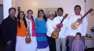 Elenco: izq a der, Hector Lugo, Kamakshi, María de la Rosa, Rubi Oseguera, Artemio PosadaS, Patricio Hidalgo Belli, Liche Oseguera.