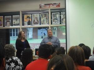 Rossana Alvidrez y Larry Cecil director de la preparatoria MVH