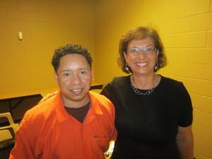 Sonia Nazario y Enrique, en el centro de detención Baker County en La Florida donde Enrique fue apresado.