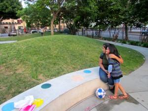 Rosalba Díaz con su hija de siete años que padece asma, está en el limbo sobre las solicitudes de Medi-Cal para sus tres hijos.