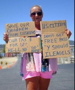 Una estadunidense de Murrieta, CA, que repudia a los niños inmigrantes por ser inferiores a ella, según trascendió