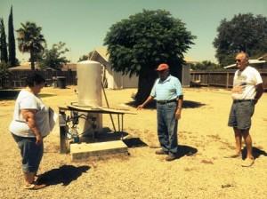 La familia Luengas muestra su pozo seco.