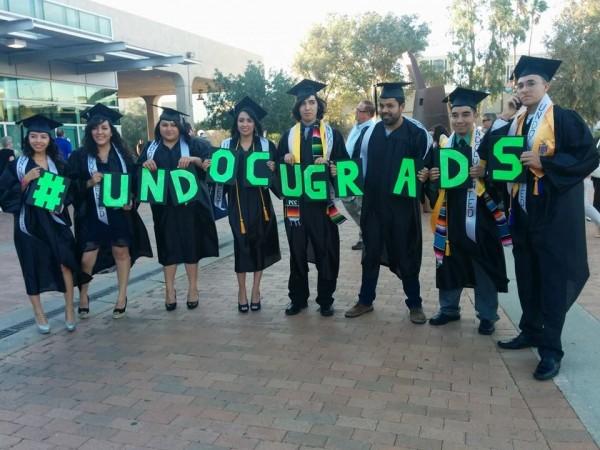 A pesar de la política hostil del gobierno de Estados Unidos y los supremacistas blancos hacia los inmigrantes de color y los indocumentados, los jóvenes latinos siguen graduándose 'contra viento y marea' de las universidades en este país.