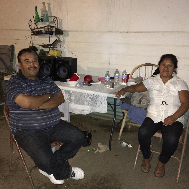 Virginia Melchor y Juan Moran sentados afuera de su casa en Lamont, California