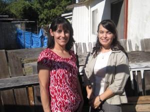 Ángela y Gloria Ramírez afuera del apartamento donde vivían antes.  Foto: Zaidee Stavely