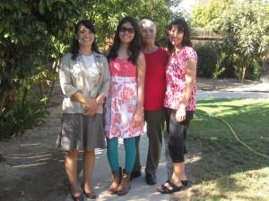 Tres generaciones de mujeres Ramírez: de izquiera a derecha Gloria, la hija mayor de Ángela, la señora Lucila, y Ángela. Foto: Zaidee Stavely