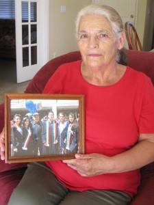 Lucila Ramírez con una foto familiar del día en que tres de sus hijos se graduaron de la Universidad de California en Berkeley, Fabián y María con licenciatura, y Gloria con maestría. Foto: Zaidee Stavely