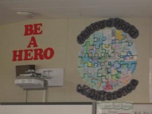 Las paredes del salón de Ángela están cubiertas de palabras de apoyo para sus alumnos. Foto: Zaidee Stavely