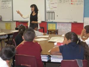 Ángela Santos (su apellido de casada) enseña tercer grado en Sanger, CA. Foto: Zaidee Stavely