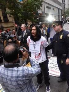 Diego, uno de los tres activistas arrestado frente al Consulado de México. Foto: Juan Carlos Ruíz