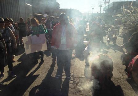 Yolanda Mesa en el cierre de la protesta es bendecida con el copal por los danzantes
