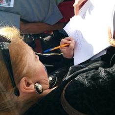 Firmando una carta en la protesta, dirigida a los gobiernos Federal, Estatal y Municipal para liberar a Aurora Mesa