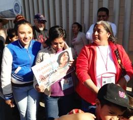 Yolanda Mesa y a su lado dos de las hijas de Aurora