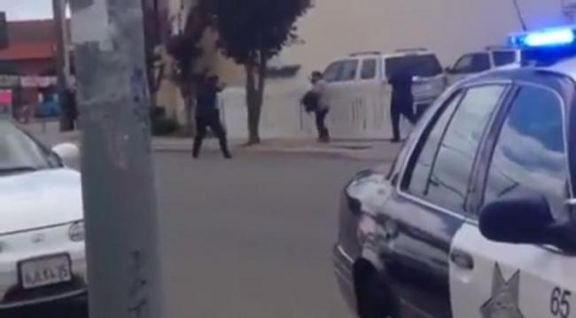 Policia blanco matando a un hombre latino. En el tercer tiroteo en 90 días, los agentes de policía en Salinas, California, cometieron lo que algunos llaman un ejemplo de