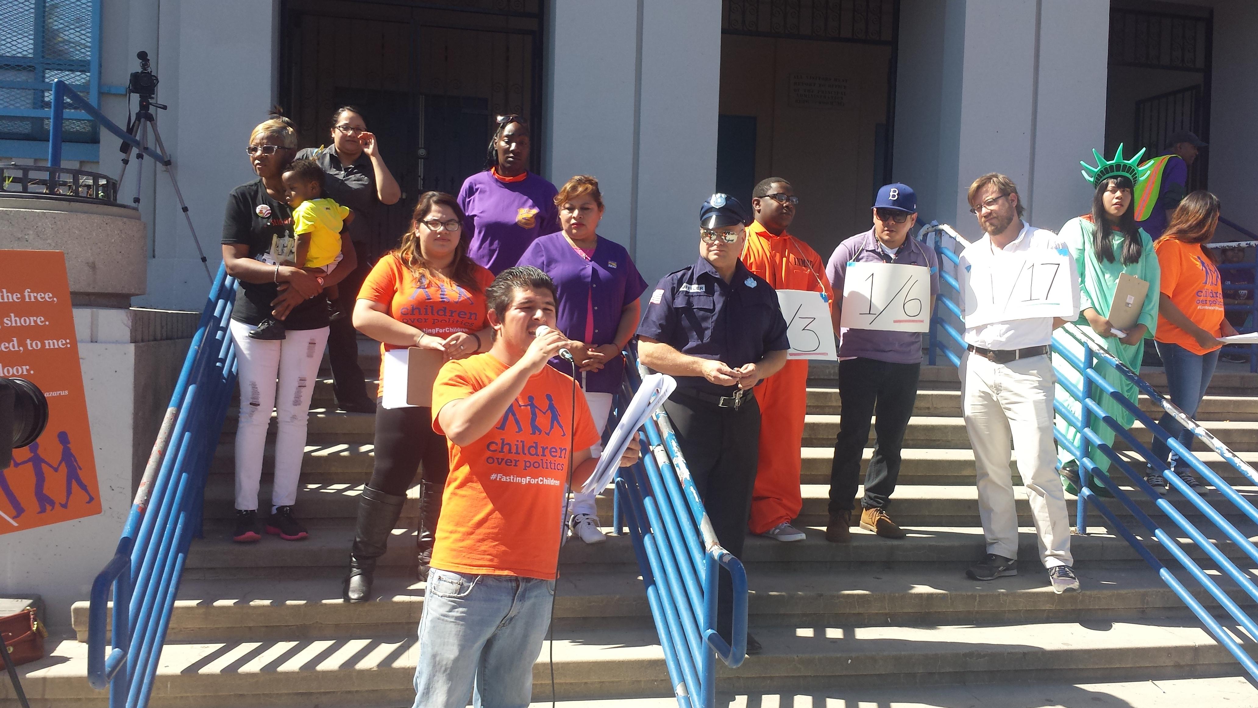 Jóvenes latinos y afroamericanos que luchan por la igualdad y la justicia. González con el megáfono.