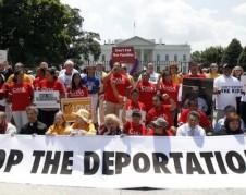 Trabajadores inmigrantes contra la deportación frente a la Casa Blanca.