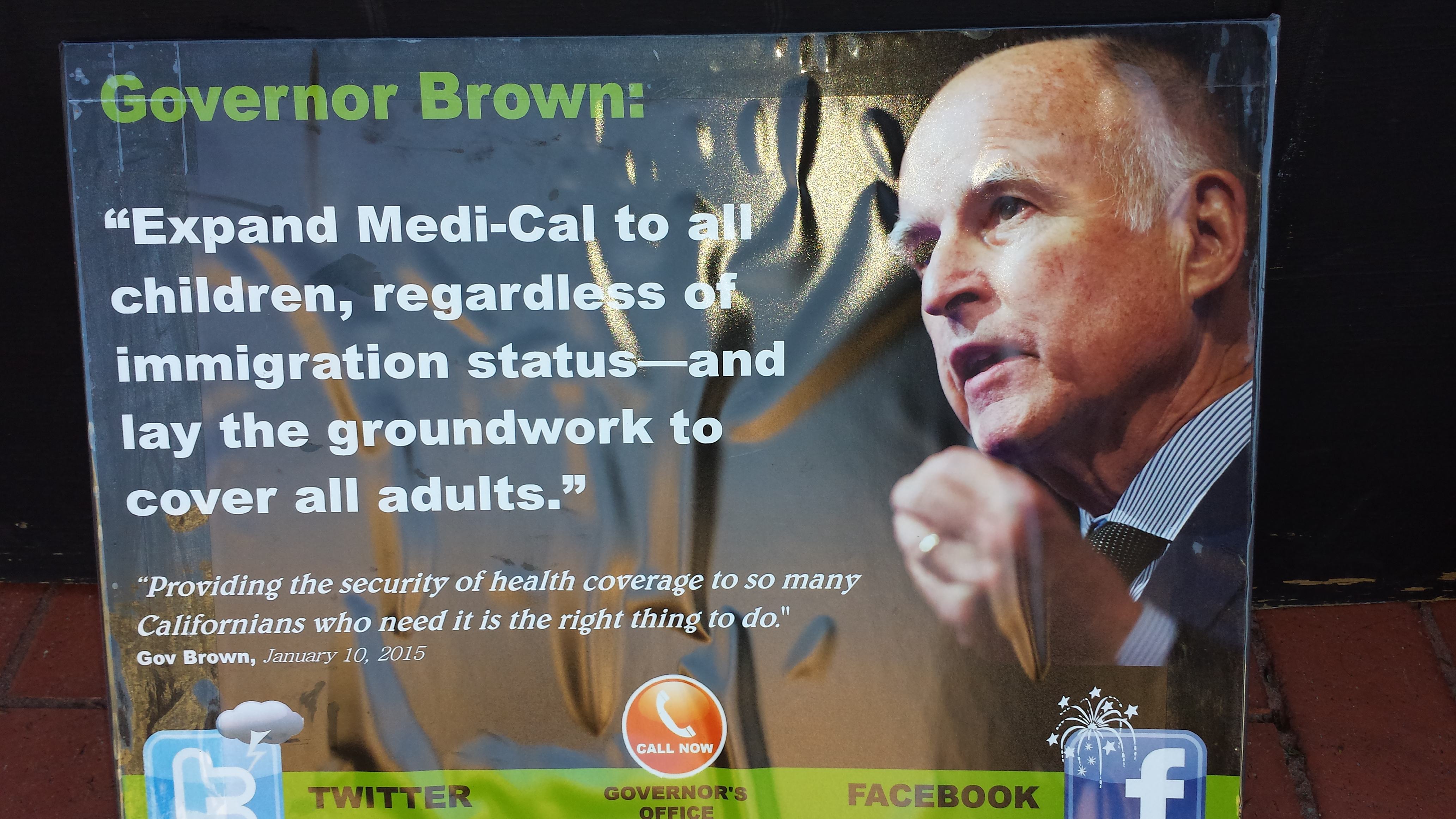 Pancarta de la campana para presionar al gobernador de California Jerry Brown.