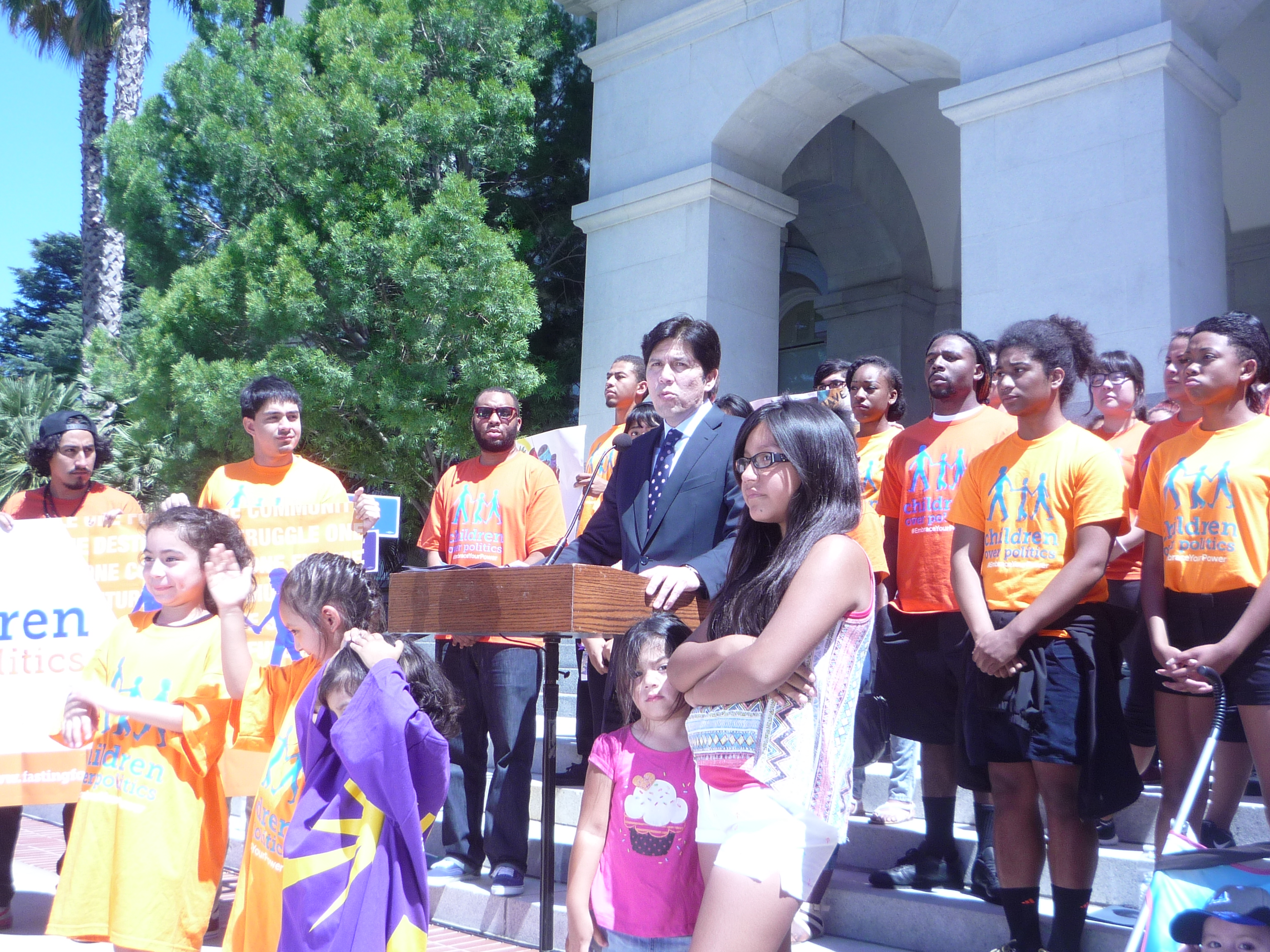 Senate President Pro Tempore Kevin De León with the young people. Photo: Fernando Andrés Torres.