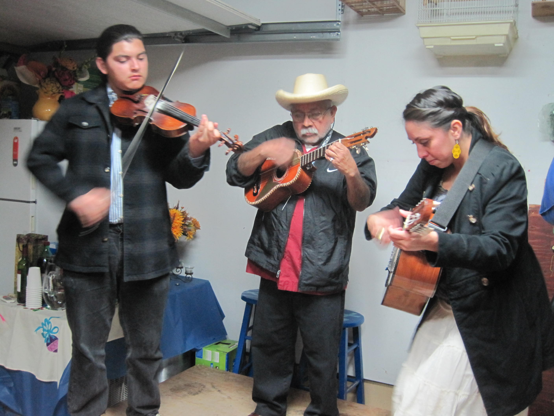 Pablo Quiroz Manríquez, Artemio Posadas, y Dolores García tocan son huasteco. Foto: Zaidee Stavely.