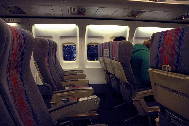 Las trabajadoras de Scientific Concepts limpian el interior de los aviones entre vuelos. Foto: Doug, via Flickr. Creative Commons. https://creativecommons.org/licenses/by-nc-nd/2.0/