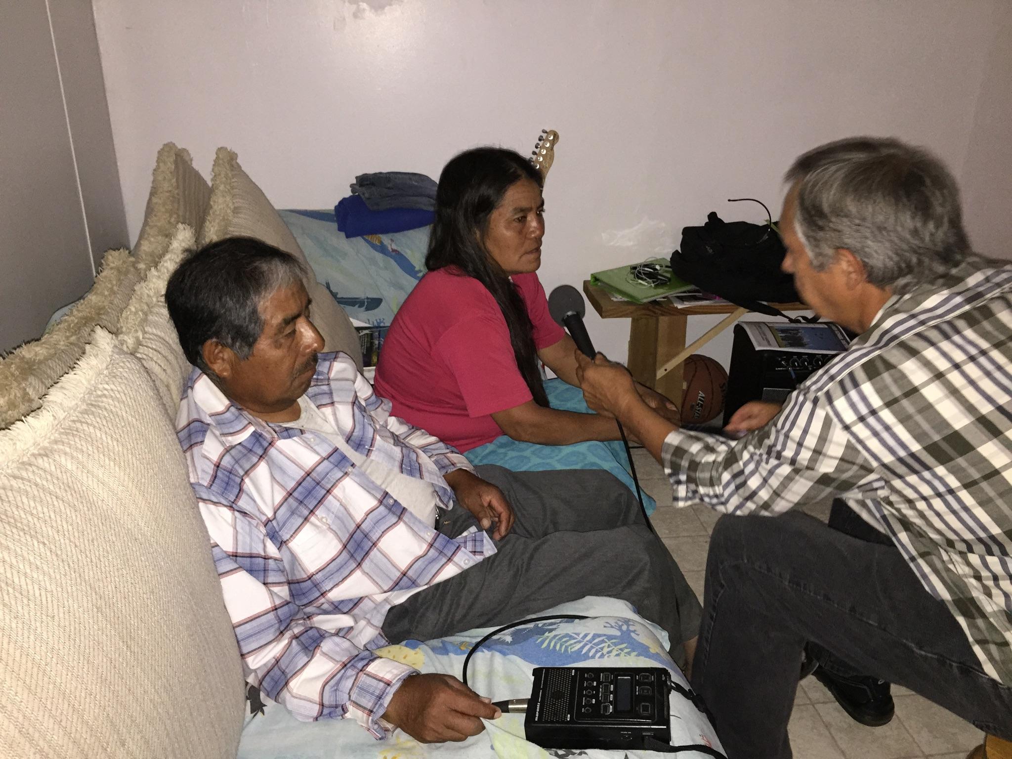 José Ernesto Hernández y su esposa Marcelina dicen que han tenido muchas dificultades con la traducción. Foto Cortesía de Fausto Sánchez, CRLA.